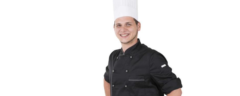 Junger Koch in schwarzer Kochkleidung mit weißer Kochhaube. JUFA Hotels bietet Ihnen einen interessanten, abwechslungsreichen Arbeitsplatz in einem tollen Team in den schönsten Regionen in Österreich, Deutschland, Liechtenstein und Ungarn.