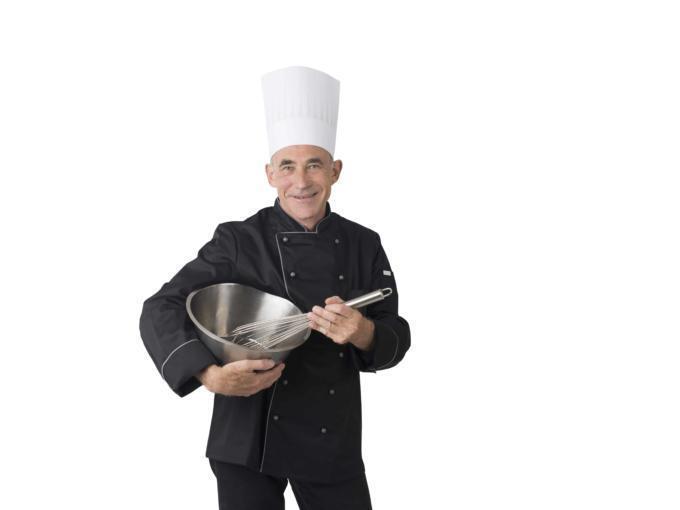 Älterer Koch mit Rührschüssel und Schneebesen. JUFA Hotels bietet Ihnen einen interessanten, abwechslungsreichen Arbeitsplatz in einem tollen Team in den schönsten Regionen in Österreich, Deutschland, Liechtenstein und Ungarn.