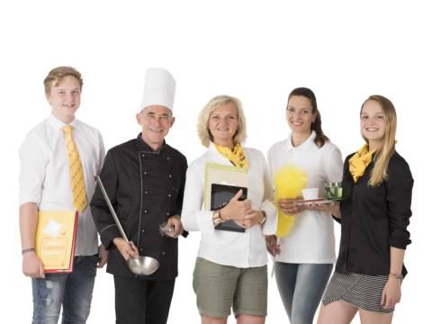 Mitarbeiter aus dem gesamten Hotelteam mit Arbeitsmaterial in den Händen. JUFA Hotels bietet Ihnen einen interessanten, abwechslungsreichen Arbeitsplatz in einem tollen Team in den schönsten Regionen in Österreich, Deutschland, Liechtenstein und Ungarn.