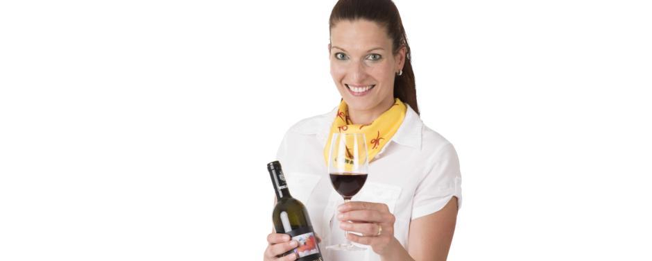Mitarbeiterin im Service mit Weinglas und Weinflasche. JUFA Hotels bietet Ihnen einen interessanten, abwechslungsreichen Arbeitsplatz in einem tollen Team in den schönsten Regionen in Österreich, Deutschland, Liechtenstein und Ungarn.