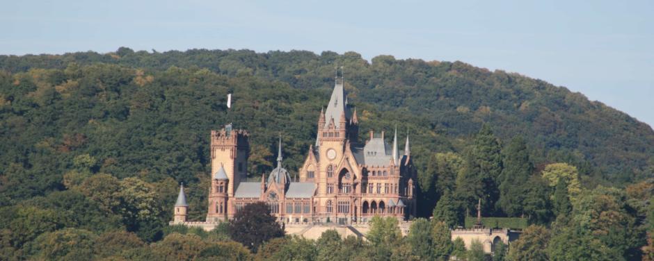 Aussenansicht des Schloss Drachenfels in Königswinter. JUFA Hotels bietet erlebnisreiche Städtetrips für die ganze Familie und den idealen Platz für Ihr Seminar.