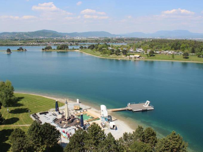 Blick von oben auf das Schwarzl Freizeitzentrum im Sommer. JUFA Hotels bieten erholsamen Familienurlaub und einen unvergesslichen Winter- und Wanderurlaub.