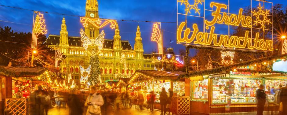 Hell beleuchteter Weihnachtsmarkt vor Wiener Rathaus. JUFA Hotels bietet erholsamen Familienurlaub und einen unvergesslichen Winterurlaub.