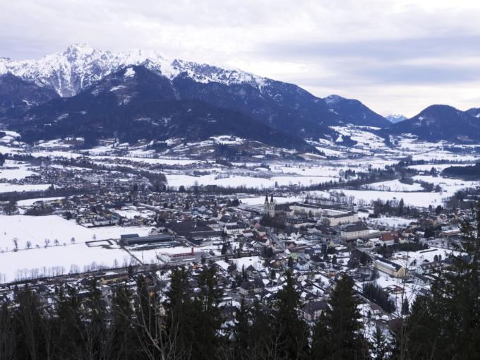 Admont von oben mit Blick auf das Stift Admont im Winter mit Schnee. JUFA Hotels bietet Ihnen den idealen Ort für märchenhafte Hochzeiten.