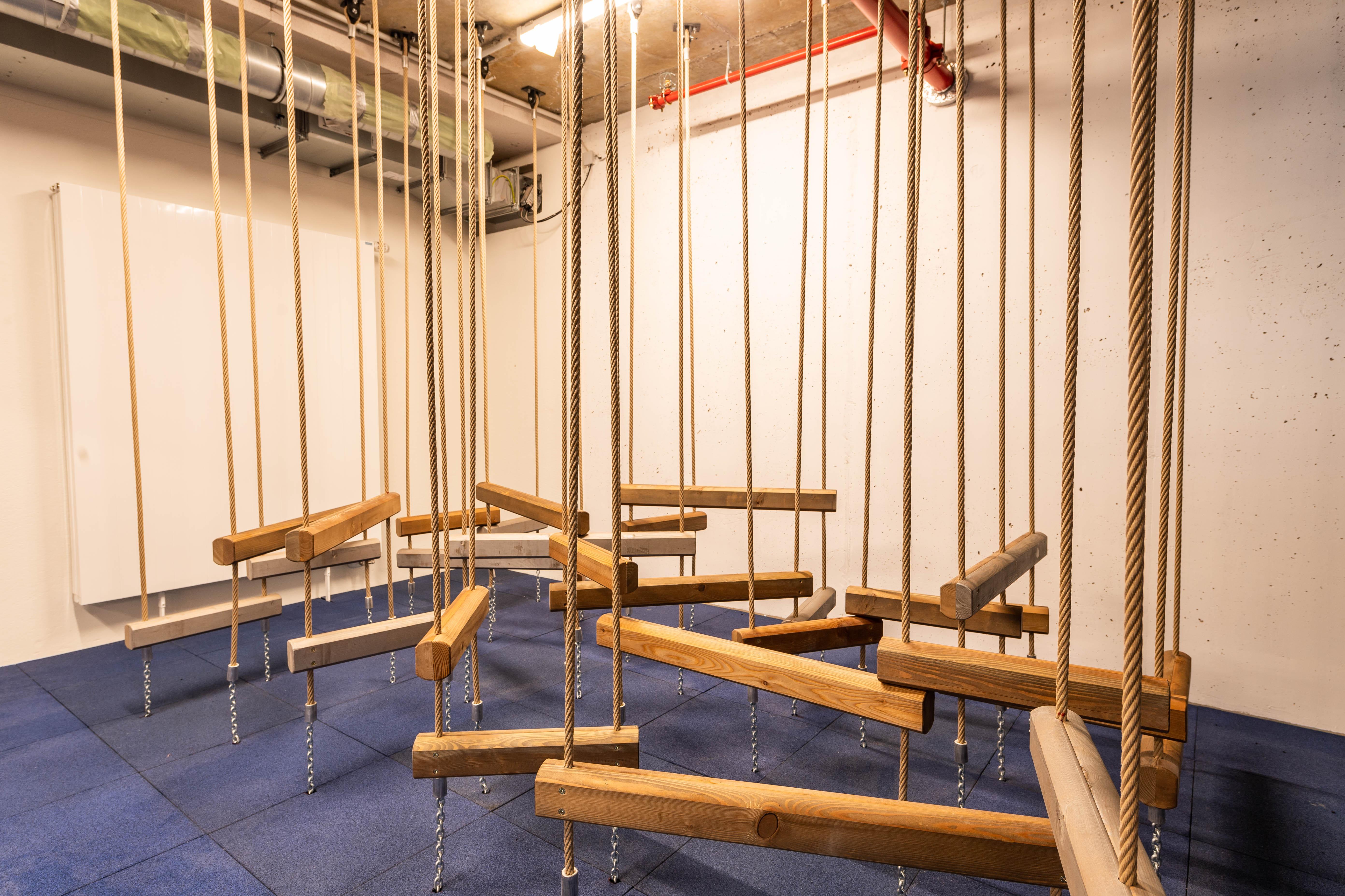 Sie sehen den Adventure-Bereich mit einem Holzparcours im JUFA Hotel Hamburg HafenCity. Der Ort für erlebnisreichen Städtetrip für die ganze Familie und der ideale Platz für Ihr Seminar.