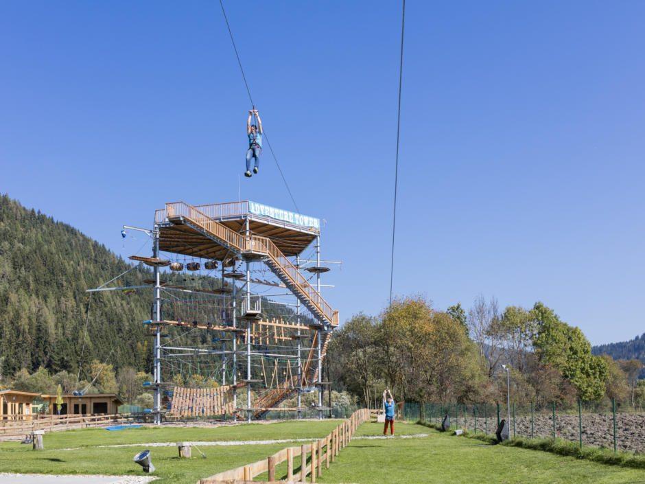 Sie seheh den Adventure Tower im Hochseilgarten der Kletterakademie Mitterdorf im Mariazellerland. JUFA Hotels bietet erholsamen Familienurlaub und einen unvergesslichen Wanderurlaub