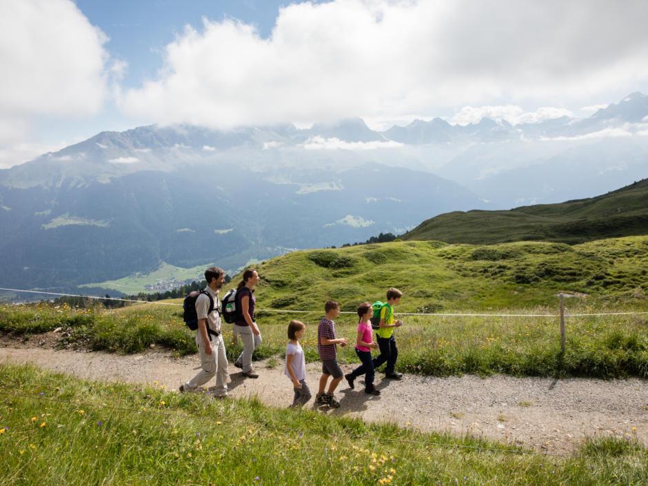 Sie sehen den Alpenflora Erlebnispfad. JUFA Hotels bietet Ihnen den Ort für erlebnisreichen Natururlaub für die ganze Familie.