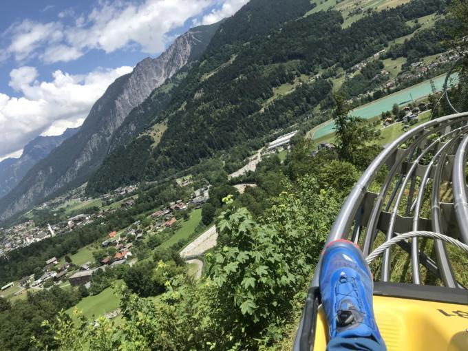 Sie sehen den Alpine Coaster im Montafon im Sommer. JUFA Hotels bietet tollen Urlaub mit viel Abenteuer und Spaß für die ganze Familie.