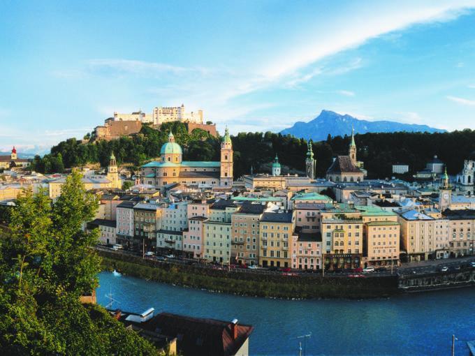 Panoramablick auf die Altstadt Salzburg mit der Festung Hohen Salzburg im Sommer. JUFA Hotels bietet erlebnisreichen Städtetrip für die ganze Familie und den idealen Platz für Ihr Seminar.