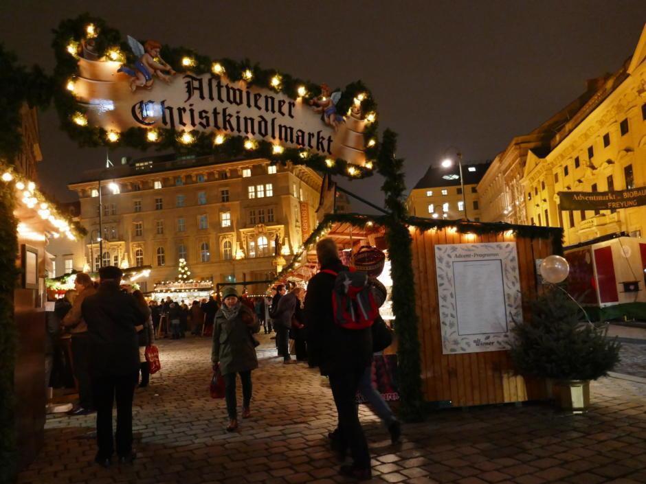 Sie sehen den Eingang des Altwiener Christkindlmarkts Freyung. JUFA Hotels bietet erholsamen Familienurlaub und einen unvergesslichen Winterurlaub.