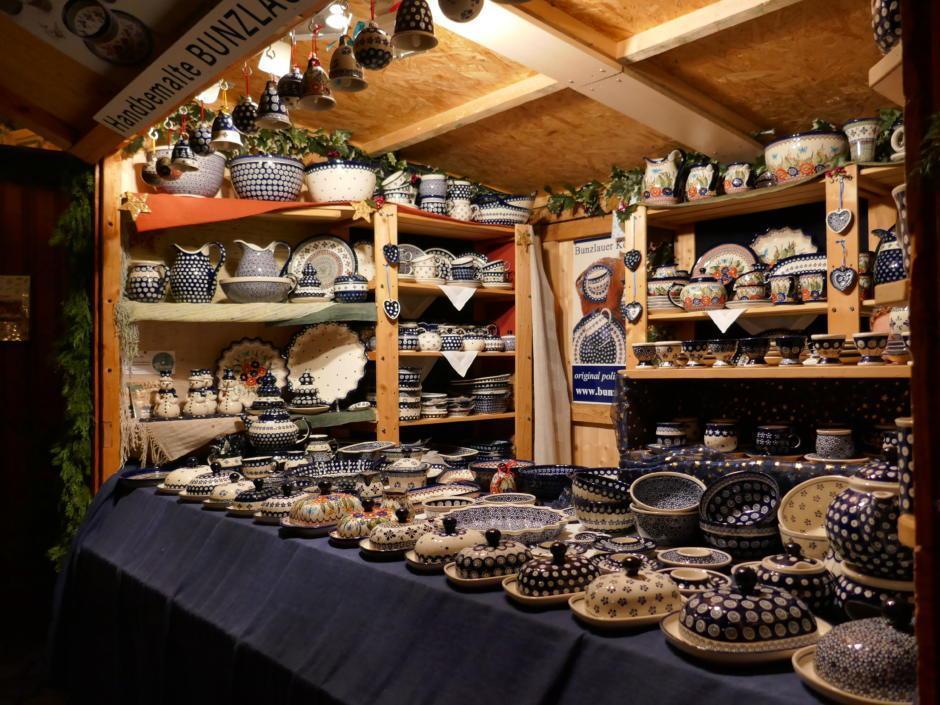 Sie sehen handbemalte Keramik auf dem Altwiener Christkindlmarkt Freyung. JUFA Hotels bietet erholsamen Familienurlaub und einen unvergesslichen Winterurlaub.