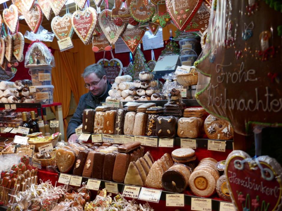 Sie sehen köstlichen Lebkuchen auf dem Altwiener Christkindlmarkt Freyung. JUFA Hotels bietet erholsamen Familienurlaub und einen unvergesslichen Winterurlaub.