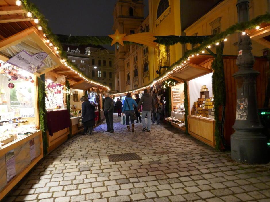 Sie sehen Stände des Altwiener Christkindlmarkts Freyung. JUFA Hotels bietet erholsamen Familienurlaub und einen unvergesslichen Winterurlaub.