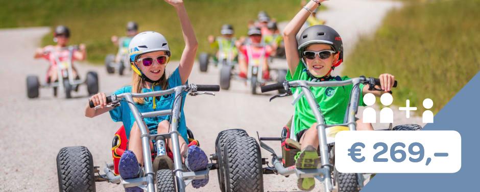 Sie sehen das Angebot 2+1 der Sommerkampagne Land der Schätze. JUFA Hotels bietet kinderfreundlichen und erlebnisreichen Urlaub für die ganze Familie.