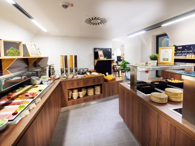 Sie sehen eine Ansicht vom  Frühstücksbuffet im JUFA Hotel Kronach – Festung Rosenberg***. Der Ort für kinderfreundlichen und erlebnisreichen Urlaub für die ganze Familie.