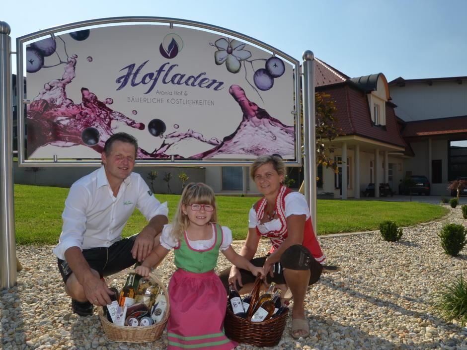 Sie sehen die Betreiberfamilie des Aroniahof Kober in Ilz. JUFA Hotels bietet kinderfreundlichen und erlebnisreichen Urlaub für die ganze Familie.