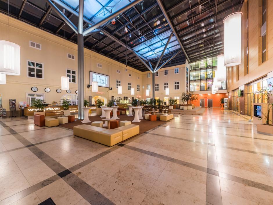 Sie sehen das Atrium im JUFA Hotel Wien City mit Beleuchtung am Abend. JUFA Hotels bietet erlebnisreichen Städtetrip für die ganze Familie und den idealen Platz für Ihr Seminar.