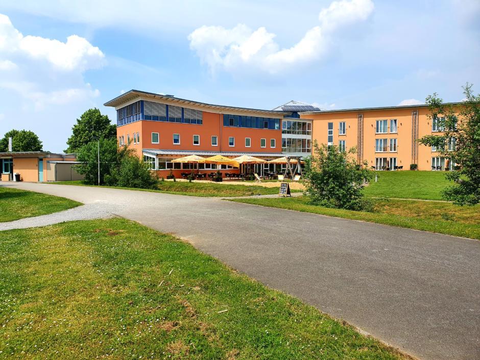 Sie sehen eine Außenansicht vom JUFA Hotel im Brückenkopfpark/Jülich***s. Der Ort für kinderfreundlichen und erlebnisreichen Urlaub für die ganze Familie.