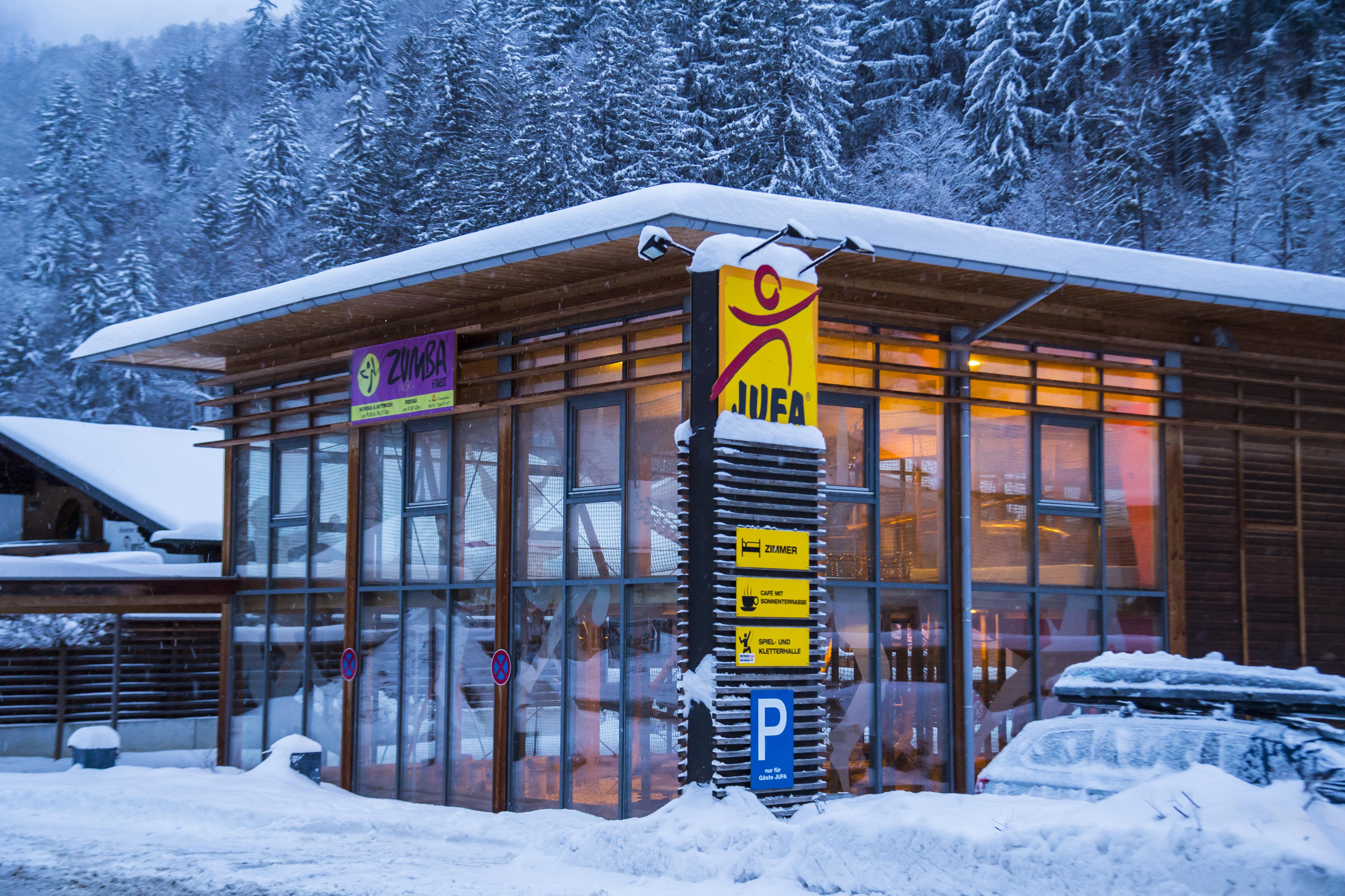 Aussenansicht des Spielereichs im JUFA Hotel Montafon mit JUFA Säule im Winter. Das JUFA Hotel Montafon ist der Ort für erholsamen Familienurlaub und einen unvergesslichen Winterurlaub.