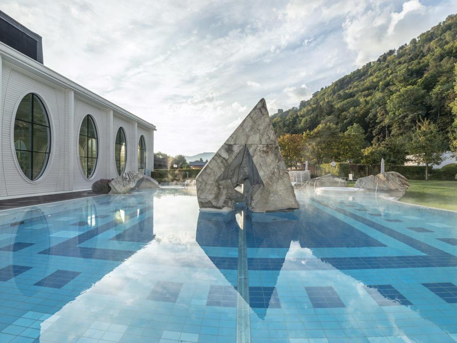 Sie sehen eine Außenansicht der Tamina Therme in Bad Ragaz. JUFA Hotels bietet erholsamen Thermenspaß für die ganze Familie.