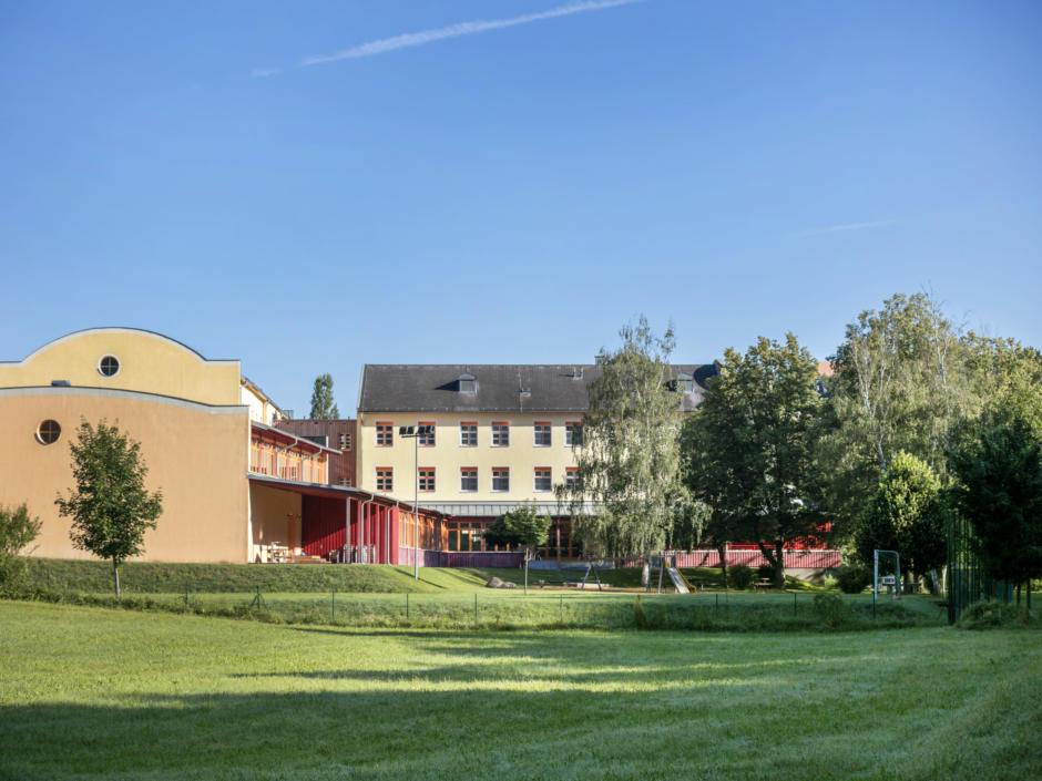 Sie sehen das JUFA Hotel Waldviertel von Außen im Sommer. JUFA Hotels bietet erholsamen Familienurlaub und einen unvergesslichen Winter- und Wanderurlaub.