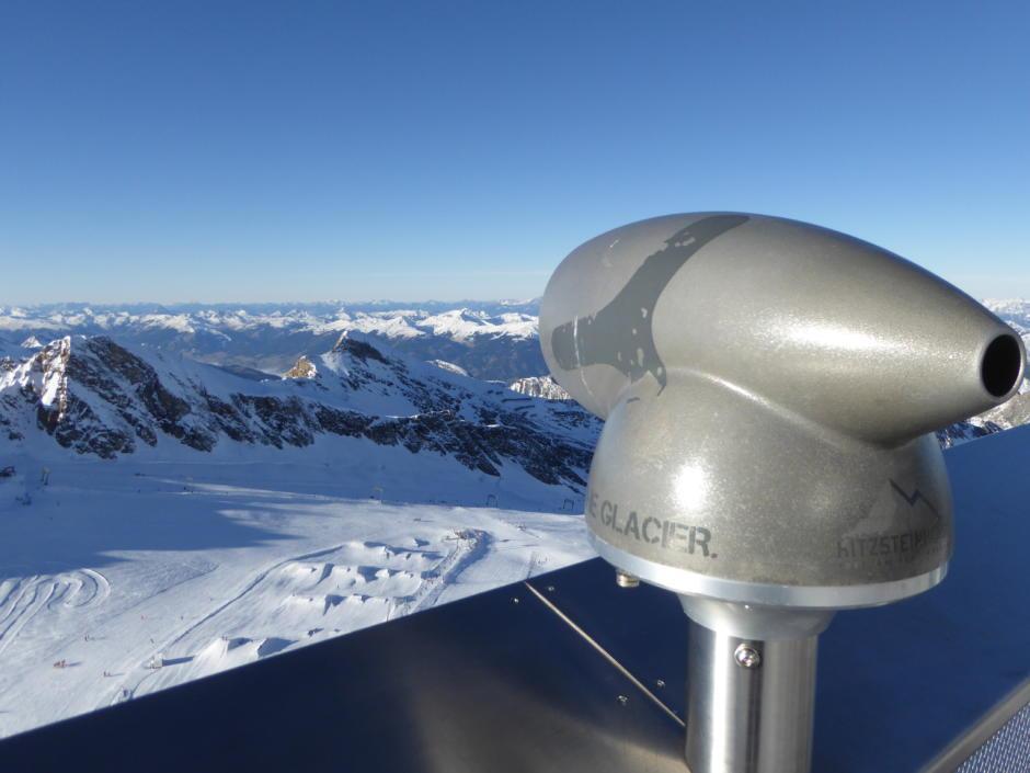 Sie sehen die höchste Aussichtsplattform am Kitzsteinhorn mit Fernrohr in Kaprun im Winter. JUFA Hotels bietet erholsamen Familienurlaub und einen unvergesslichen Winterurlaub.