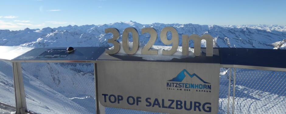 Sie sehen die höchste Aussichtsplattform am Kitzsteinhorn in Kaprun im Winter. JUFA Hotels bietet erholsamen Familienurlaub und einen unvergesslichen Winterurlaub.