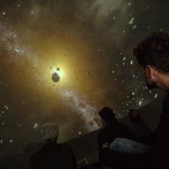 Sie sehen Ausstellung des mobilen Planetariums der Sternfahrer in Graz.  JUFA Hotels bietet tollen Urlaub für die ganze Familie.