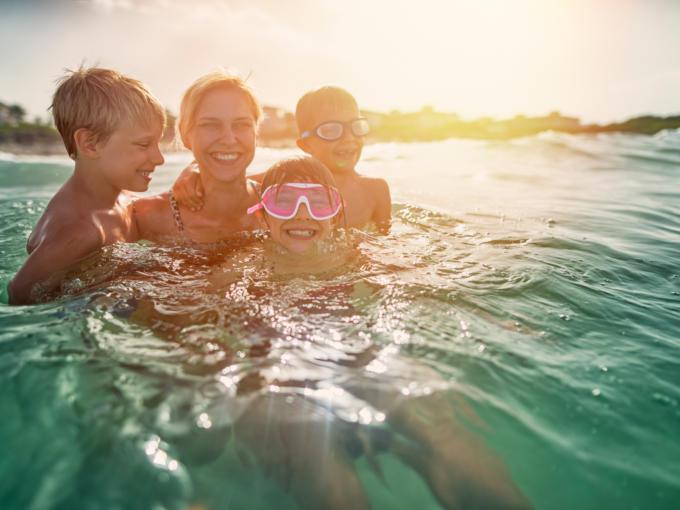 Eine Familie hat Badespaß im Salzkammergut.