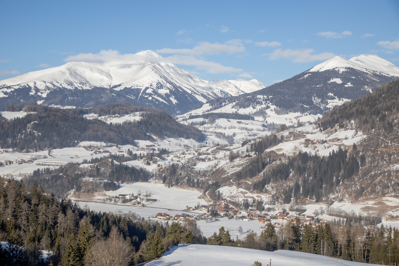 Sie sehen die Berglandschaft in Oberwölz im Winter. JUFA Hotels bietet erholsamen Familienurlaub und einen unvergesslichen Winterurlaub.