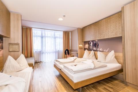 Sie sehen Betten im Appartement large im JUFA Hotel Altenmarkt. Der Ort für erholsamen Familienurlaub und einen unvergesslichen Winterurlaub.
