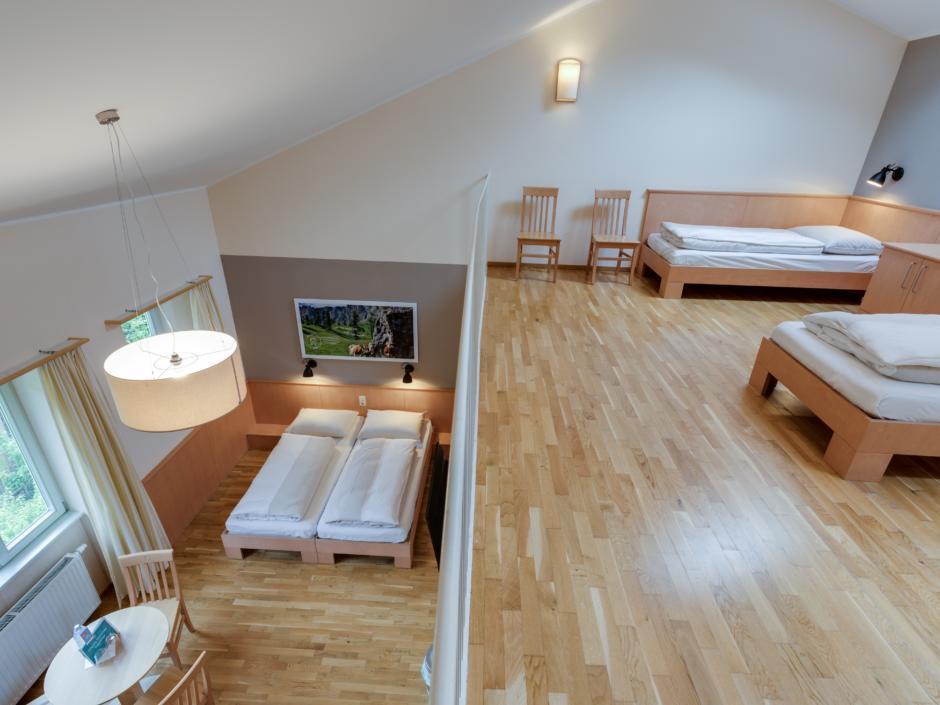 Betten im Galeriezimmer xlarge im JUFA Hotel Veitsch mit Galerieblick. JUFA Hotels bietet kinderfreundlichen und erlebnisreichen Urlaub für die ganze Familie.