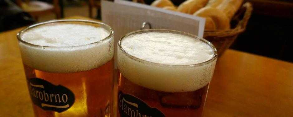 Sie sehen zwei Krüge Bier in einem Wirtshaus in Wien. JUFA Hotels bietet erlebnisreichen Städtetrip für die ganze Familie und den idealen Platz für Ihr Seminar.
