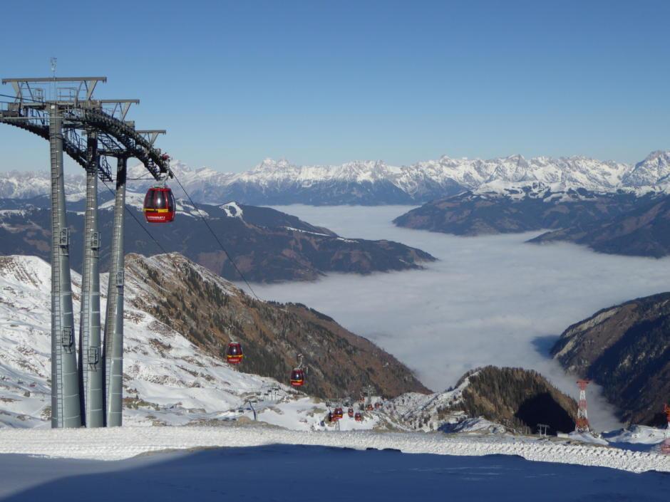 Sie sehen den Blick vom Alpincenter am Kitzsteinhorn in Kaprun im Winter. JUFA Hotels bietet erholsamen Familienurlaub und einen unvergesslichen Winterurlaub.