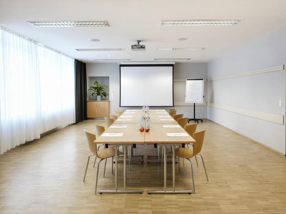Sie sehen einen Seminarraum vom JUFA Hotel Waldviertel. Der Ort für erfolgreiche und kreative Seminare in abwechslungsreichen Regionen.