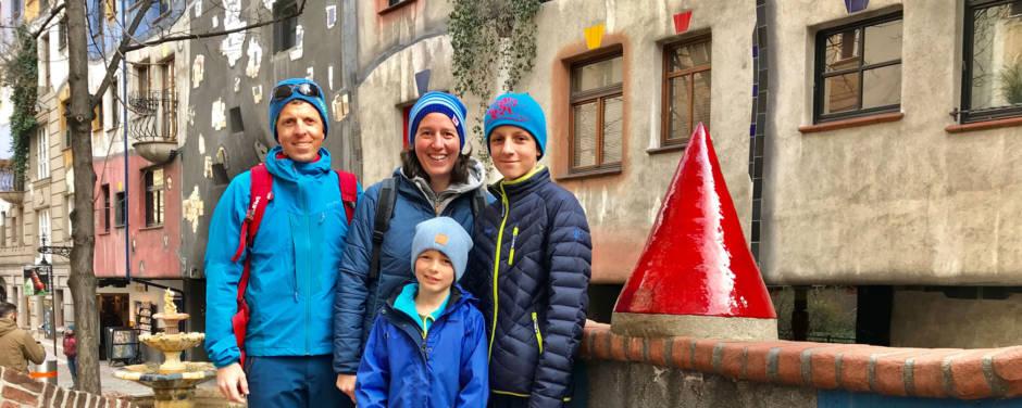 Sie sehen die Bloggerfamilie Schmidt bei einem Ausflug zum Hundertwasserhaus in Wien. JUFA Hotels bietet Ihnen den Ort für erlebnisreichen Städteurlaub für die ganze Familie.