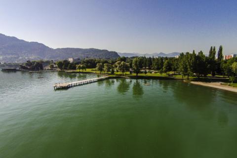 Bodensee mit Blick auf das Bregenzer Strandbad im Sommer. JUFA Hotels bietet tollen Sommerurlaub an schönen Seen für die ganze Familie.