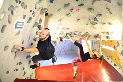 Sie sehen ein Paar im Bouldertunnen im City Adventure Center in Graz. JUFA Hotels bietet tollen Urlaub mit viel Abenteuer und Spass für die ganze Familie.