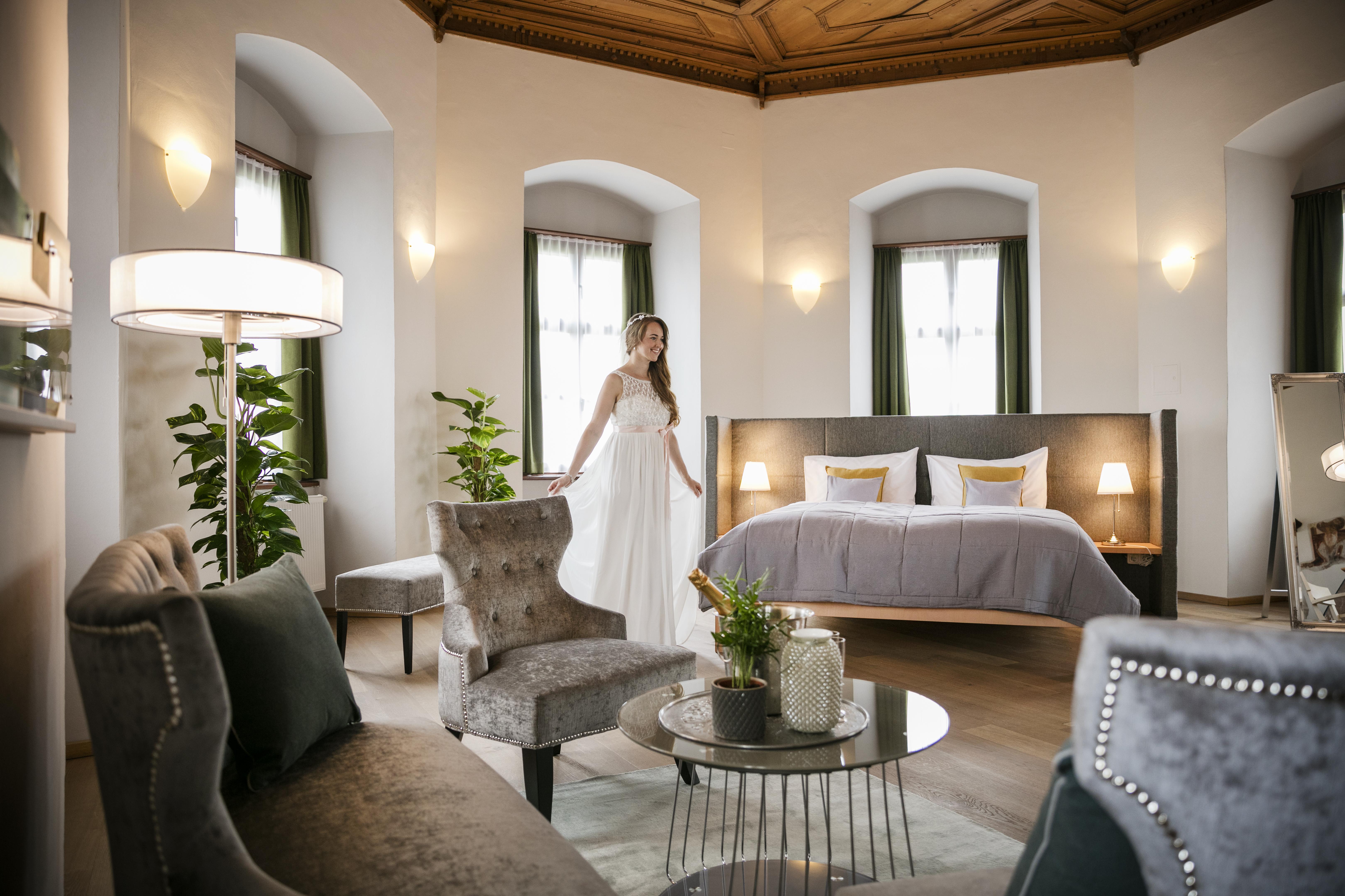 Sie sehen eine Braut im Hochzeitszimmer des JUFA Hotel Schloss Röthelstein/Admont***. Der Ort für märchenhafte Hochzeiten und erfolgreiche und kreative Seminare.