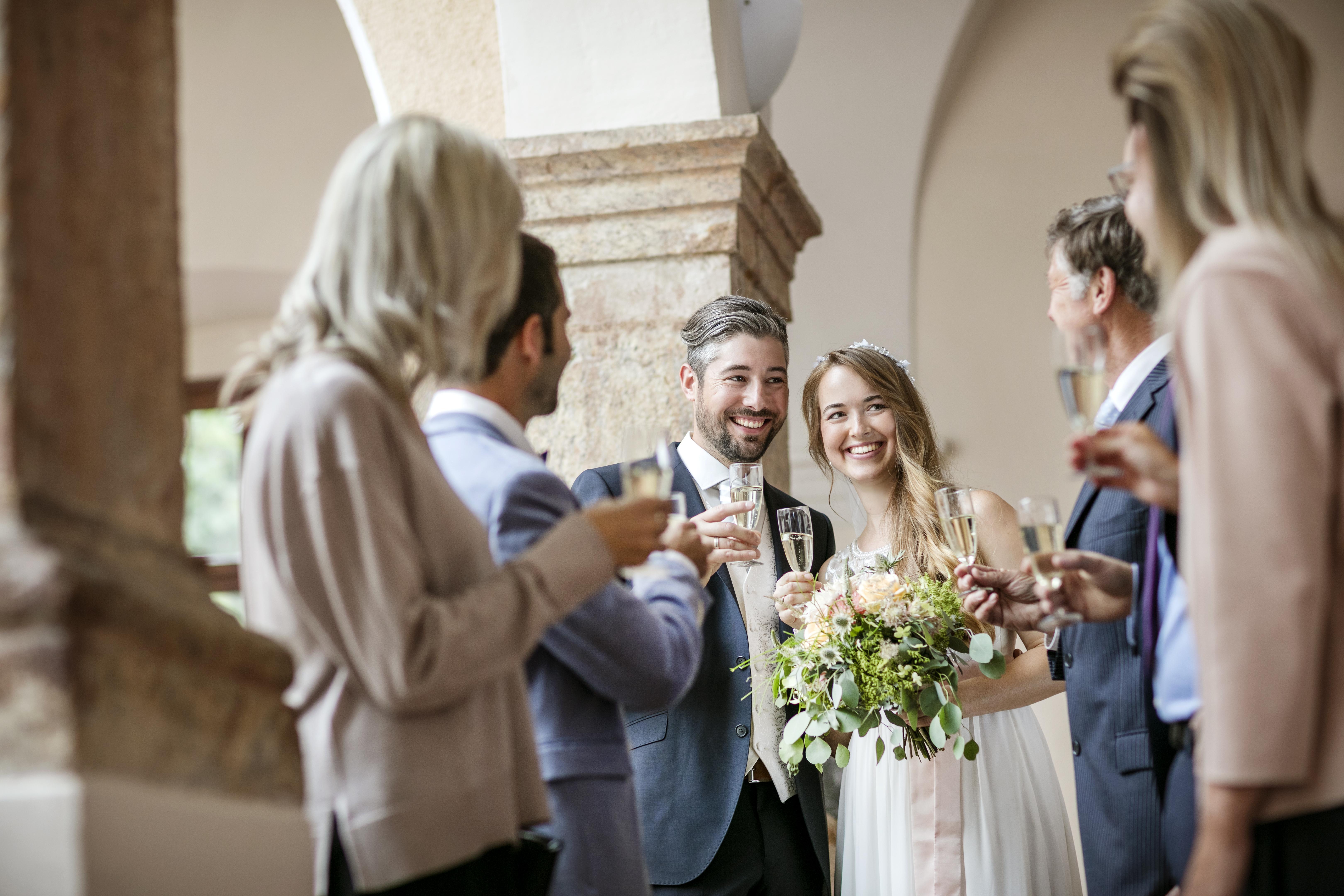 Sie sehen ein Brautpaar beim Hochzeitsempfang im JUFA Hotel Schloss Röthelstein/Admont***. Der Ort für märchenhafte Hochzeiten und erfolgreiche und kreative Seminare.