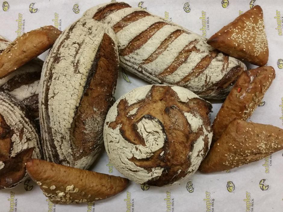 Sie sehen Brot und Backwaren der Bäckerei Schapler in Schruns. JUFA Hotels bietet kinderfreundlichen und erlebnisreichen Urlaub für die ganze Familie.