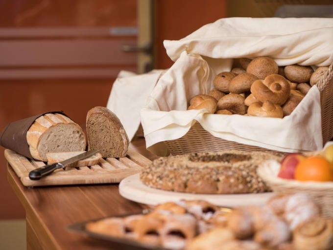 Sie sehen Brot und Gebäck am Frühstücksbuffet im JUFA Vulkan Thermen-Resort. Der Ort für erholsamen Thermen- und entspannten Wellnessurlaub für die ganze Familie.