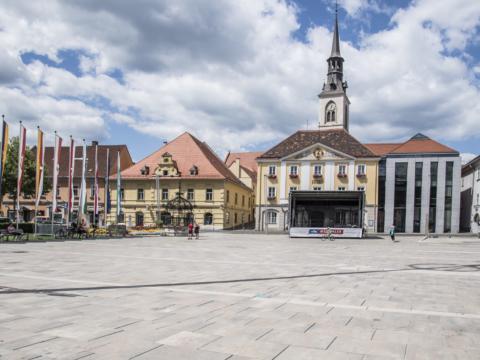 Koloman-Wallisch-Platz in Bruck an der Mur mit Blick auf das Rathaus im Sommer. JUFA Hotels bietet Ihnen den Ort für erlebnisreichen Natururlaub für die ganze Familie.