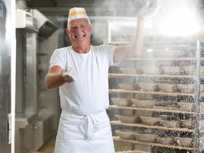 Sie sehen einen Bäcker in der Bäckerei Bruckmühle. JUFA Hotels bietet kinderfreundlichen und erlebnisreichen Urlaub für die ganze Familie.