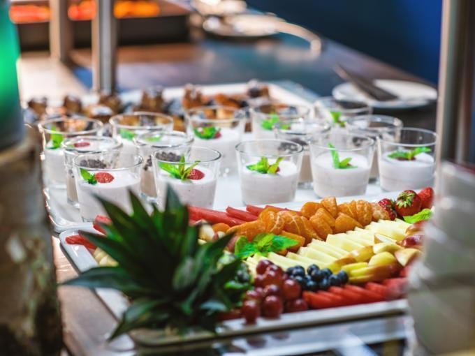 Sie sehen ein Buffet im JUFA Hotel Königswinter/Bonn mit Dessert und Obst. JUFA Hotels bietet erlebnisreichen Städtetrip für die ganze Familie und den idealen Platz für Ihr Seminar.