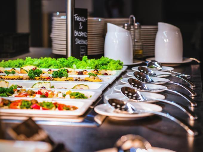 Sie sehen das Buffet im JUFA Hotel Königswinter/Bonn mit Salat. JUFA Hotels bietet erlebnisreichen Städtetrip für die ganze Familie und den idealen Platz für Ihr Seminar.