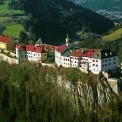 Sie sehen die imposante Burg Strechau in der Steiermark aus der Vogelperspektive. JUFA Hotels bietet kinderfreundlichen und erlebnisreichen Urlaub für die ganze Familie.