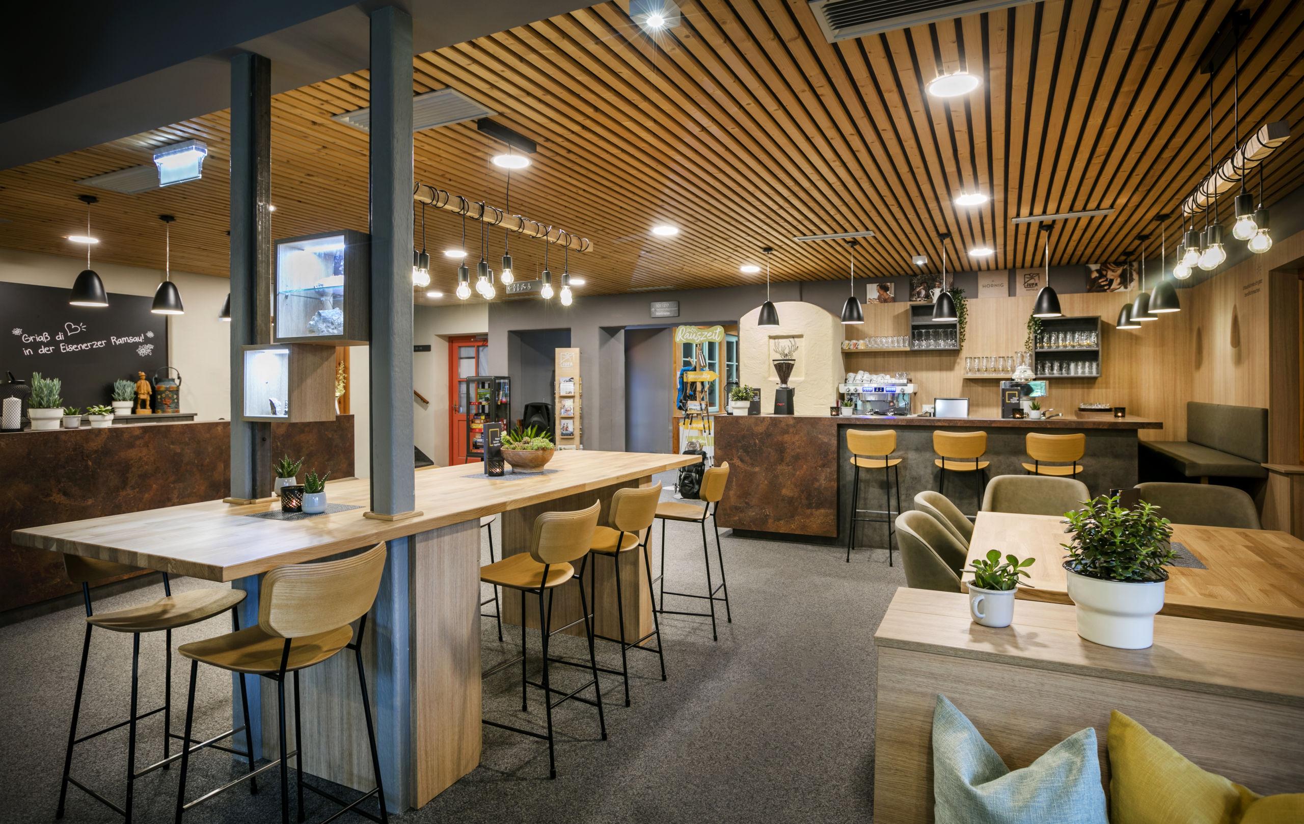 Sie sehen das Café des JUFA Hotels Eisenerz. Der Ort für erholsamen Familienurlaub und einen unvergesslichen Winter- und Wanderurlaub.