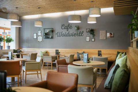 Sie sehen den Cafébereich des JUFA Hotels Waldviertel. Der Ort für erholsamen Familienurlaub und einen unvergesslichen Winter- und Wanderurlaub.