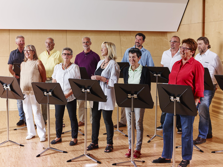 Sie sehen einen Chor in der Musikakademie Knappenberg. JUFA Hotels bietet den idealen Platz zum Musizieren und Singen in der Gemeinschaft in abwechslungsreichen Regionen.